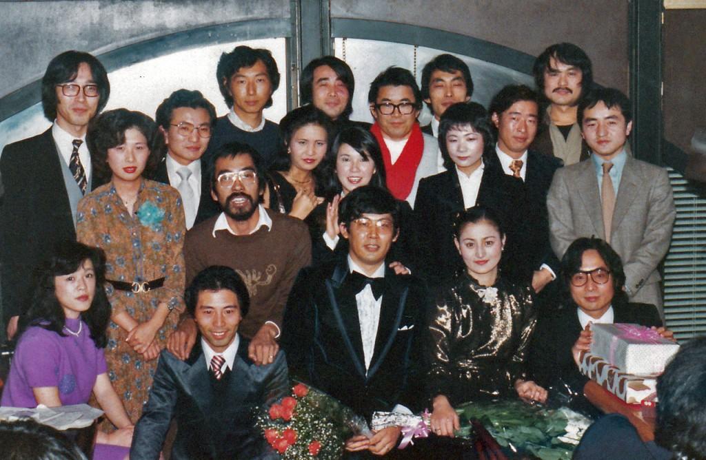 鳥巣室長(1979年当時)を囲んで。左奥から、加藤、與倉、井上、成田、松崎、倉持、久保島、沼崎、諏訪園。前列右から、大泉、鳥巣、島崎、矢原(男性のみ)。