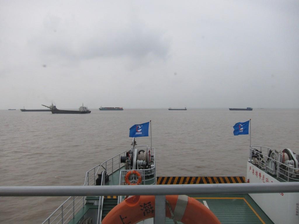 揚子江の向こう側にある崇明島に渡るフェリーもある。高速船で約30分。船は大きなタンカーの間を縫うように進む