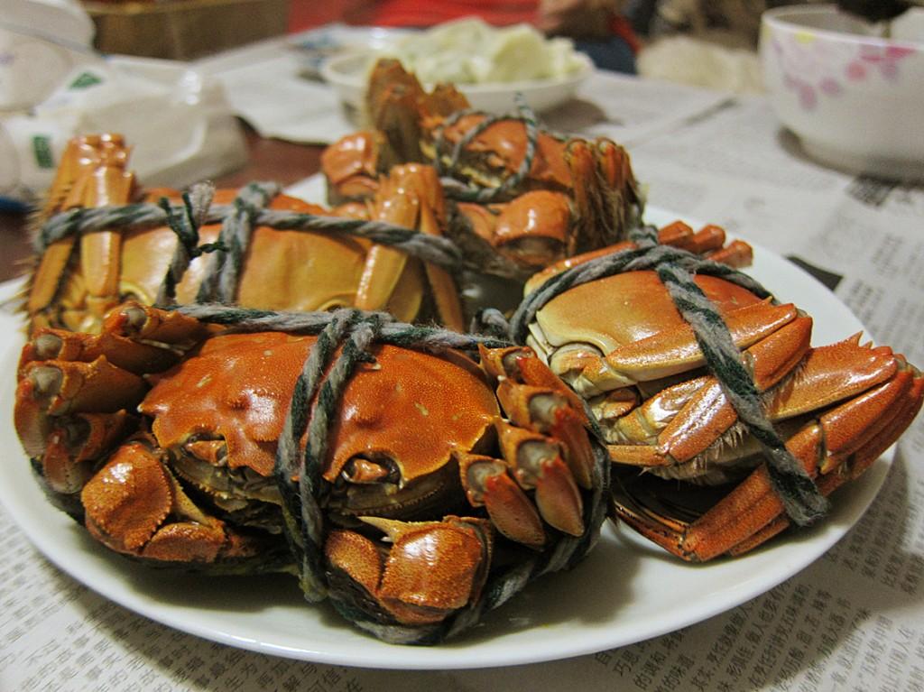 上海蟹は日本での呼び方で、中国では「大閘蟹(ダーヂャーシエ)」と呼ばれている。手脚を縛って生きたまま蒸し上げるのが一般的な食べ方。旧暦9月は雌が美味しく、同10月は雄が美味しいとされている