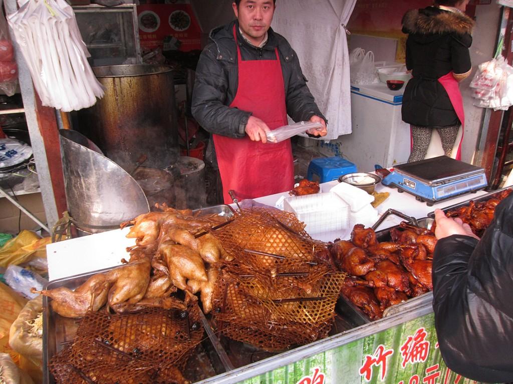 市場の脇にある露天で売られていた、竹編みに入れてローストした鴨の丸焼き。紹興酒に合いそうだ。