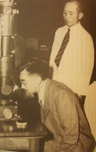 風戸の説明で電子顕微鏡に見入る昭和天皇。