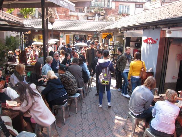 """田子坊の""""ヘソ""""ともいえるスペースには、オープンカフェが。外国人観光客も数多く見られる。"""