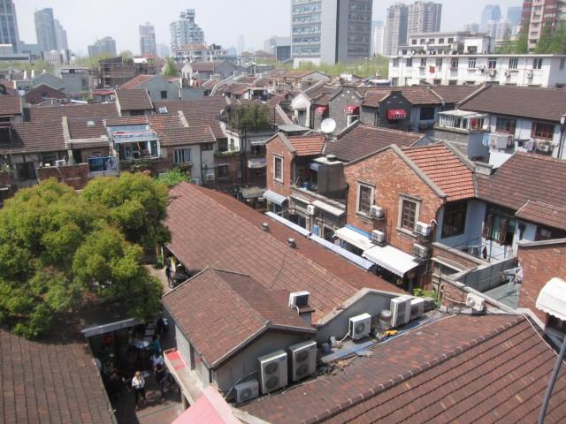 上から見た田子坊。古い建物ばかりが密集して建てられているのが分かる。レンガ色の屋根が美しい。
