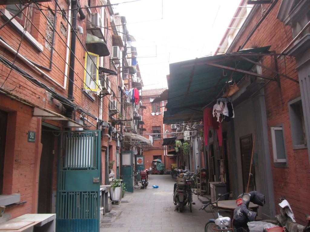 弄堂の中に細い路地が走り、長屋街のように住宅が密集している。