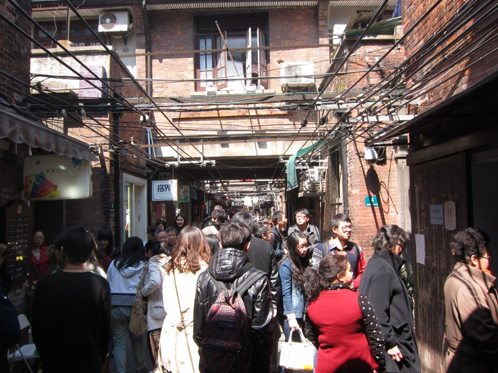 かつては庶民が住む弄堂だった場所に芸術家たちがアトリエを構えるようになった田子坊。その後、レストランや土産屋が集まり、今では多くの観光客が詰めかけている。