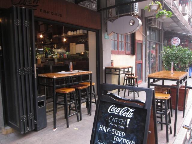 昼間の永康路。2〜3年前の写真だが、今とそれほど変わらない。通りに面した1階にカフェやバー、レストランが並び、上が住宅になっている。客の多くが外国人なので、看板も英語がほとんど。