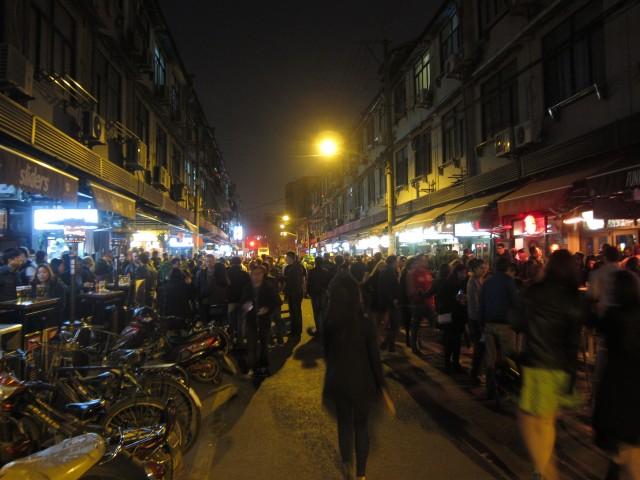2014年のセント・パトリックス・デー直前の週末。いつにも増して人が多い。とはいえ、上海にこんなにたくさんアイルランド系の人たちがいるとは思えない。おそらくほとんどがそれ以外の国の人たちだと思われる。