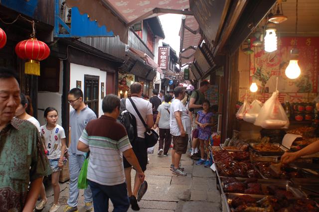 土産屋街。これがずっと先まで延々に続く。そこを多くの観光客が練り歩き、もはや古鎮の情緒などどこにもない。