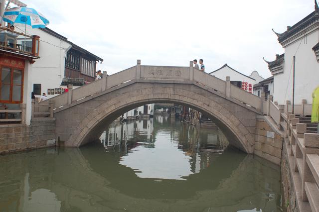 水路の間にはこのような小さな橋がいくつもかかっている。