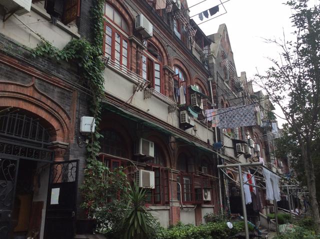 かつてユダヤ難民が住まわされていたエリアの通り。この通りは「リトル・ウィーン」と呼ばれ、ヨーロッパ風のカフェやパン屋などが並んでいた。今では単なる庶民の住居
