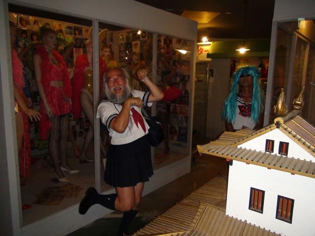 昭和の展示コーナーで懐かしさに喜びの悲鳴をあげるセーラー服おじさん