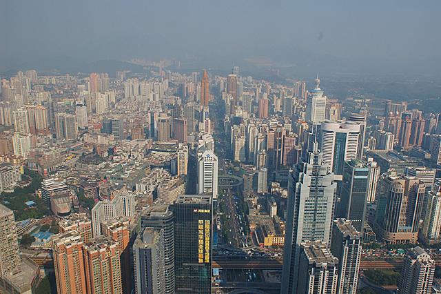 発展はとどまるところを知らず、市の中心部には高層ビルが建ち並ぶ